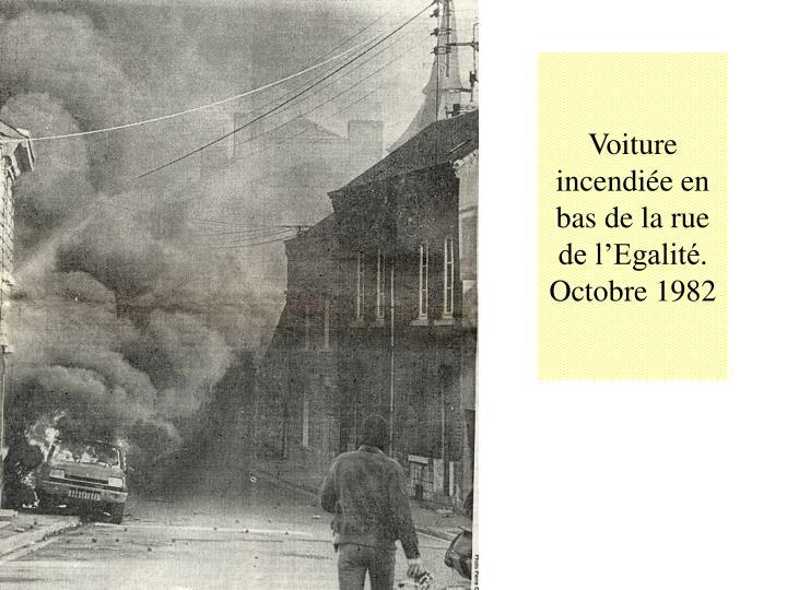Voiture incendiée en bas de la rue de l'Egalité.
