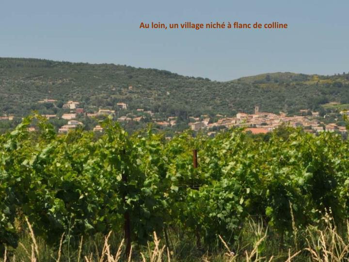 Au loin, un village niché à flanc de colline