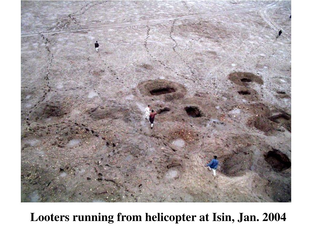 Looters running from helicopter at Isin, Jan. 2004