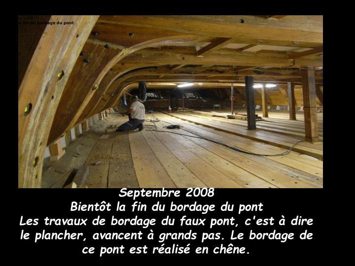 Les travaux de bordage du faux pont, c'est à dire le plancher, avancent à grands pas. Le bordage de ce pont est réalisé en chêne.