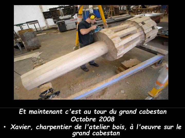 Xavier, charpentier de l'atelier bois, à l'oeuvre sur le grand cabestan