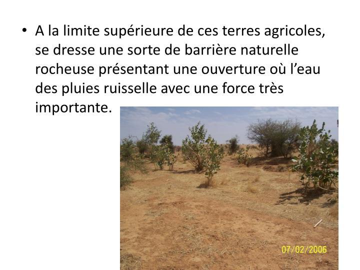 A la limite supérieure de ces terres agricoles, se dresse une sorte de barrière naturelle rocheuse...