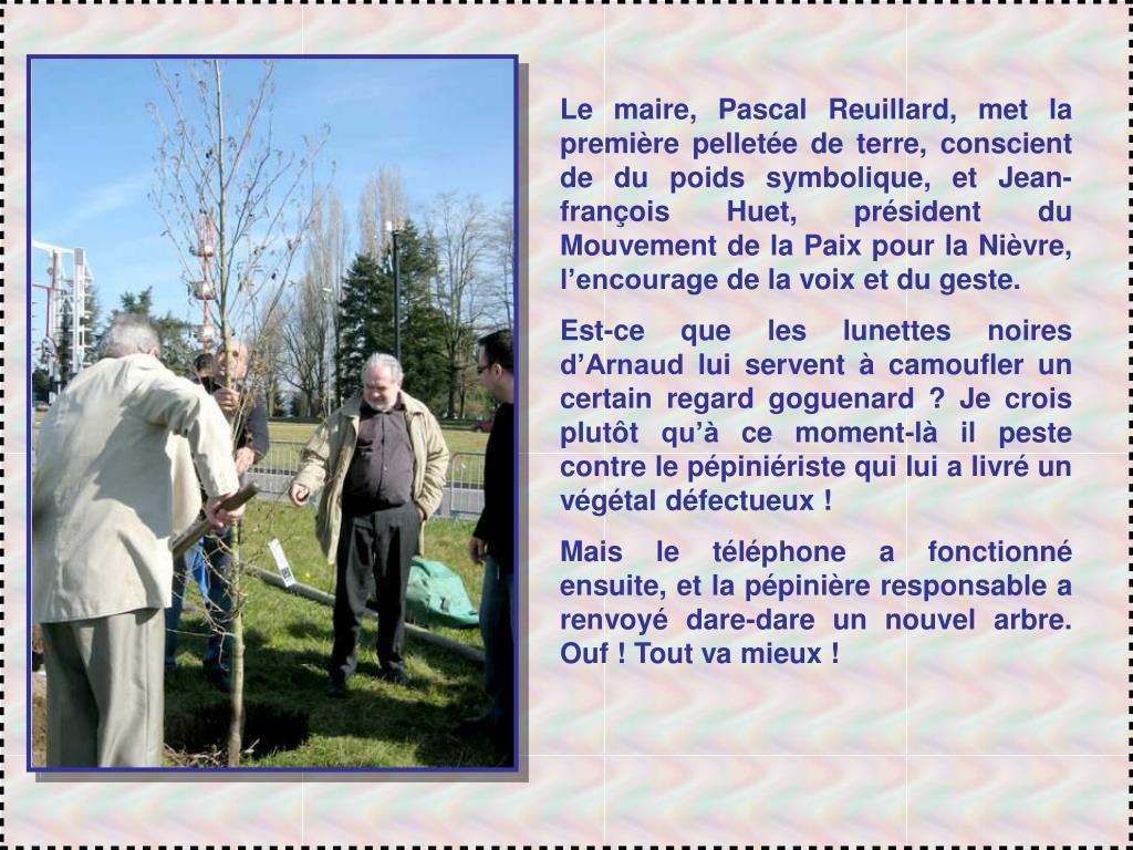 Le maire, Pascal Reuillard, met la première pelletée de terre, conscient de du poids symbolique, et Jean-françois Huet, président du Mouvement de la Paix pour la Nièvre, l'encourage de la voix et du geste.