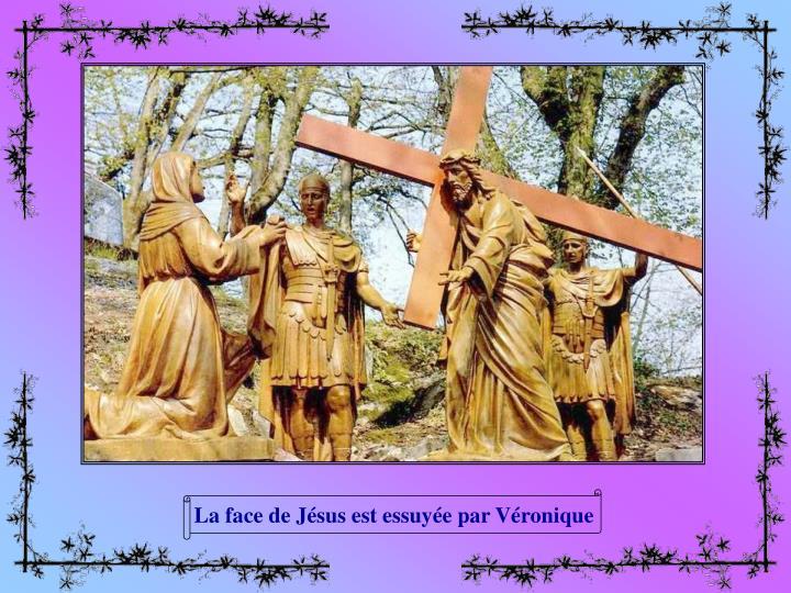La face de Jésus est essuyée par Véronique